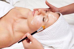Gesichtsbehandlung mit Dr. Grandel Pflegeprodukten